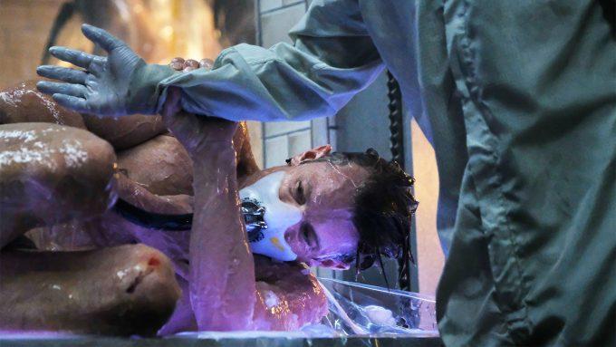 Zihin trasnferi sonrası yeni bedeninde ilk defa uyanan Takeshi Kovacs Altered Carbon