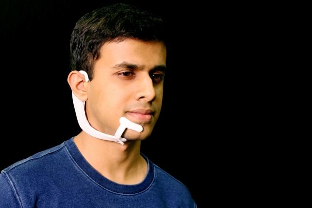 """MIT'in yeni giyilebilir cihazı, kafanızın içindeki kelimeleri """"duyabiliyor"""""""
