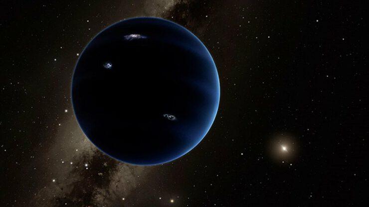 """İnsanlar dokuzuncu gezegeni ilk olarak 2013 yılında keşfettiler. Ancak yörüngeyi hesaplamak için Hubble'ın doğru ölçümleri gerekliydi. Hubble, bu tür tuhaf yola sahip olduğu bilinen bu türden ilk gezegen.  HD 106906 b'nin bu yörüngeye nasıl ulaştığı kesin değil, ancak önde gelen teori, ötegezegenin yıldızlarının yakınında oluştuğu ve gaz diski içindeki sürüklenmenin sonucu içe doğru çekildiği yönünde. İki yıldızın yerçekimi etkileri gezegeni dışarı doğru vurdu, ancak yoldan geçen bir yıldız yörüngeyi sabitledi.  Bulgular ayrıca, bizimki de dahil olmak üzere yıldız sistemlerinin ilk günlerine nadir bir bakış sunabilir. Bu yıldız sistemi """"sadece"""" 15 milyon yaşında. Görünüşe göre Dokuz Gezegen benzeri bir yörüngenin oluşması için uzun süre beklemenize gerek yok. Cevaplanmamış birçok soru var, ancak bazıları nispeten kısa sürede cevaplanabilir. Ekipler, James Webb Uzay Teleskobu'nu yalnızca verilerini doğrulamak için değil, aynı zamanda gezegenin dışarı çıkarken materyal yakalayıp yakalamadığını ve hatta bir mini enkaz sistemine sahip olup olmadığını belirlemek için kullanmayı umuyor. HD 106906 b şimdiki haliyle bile alışılmadık bir ötegezegen iken gökbilimciler incelediklerinde durum daha da ilginç bir hal alabilir."""